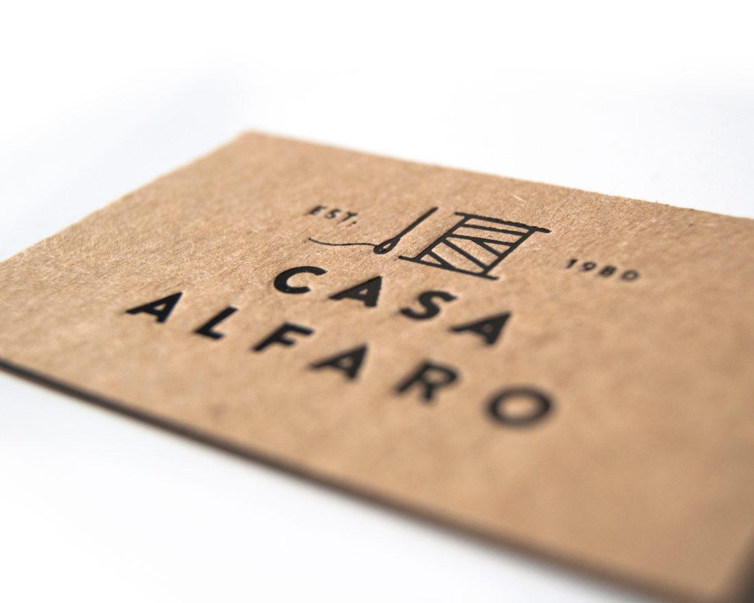 detalle stamping sobre papel kraf contracolado con interior negro, por Ductus